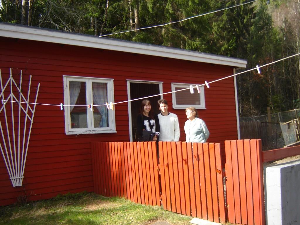 Här står Ida, Daniel & Brit utanför undulathuset